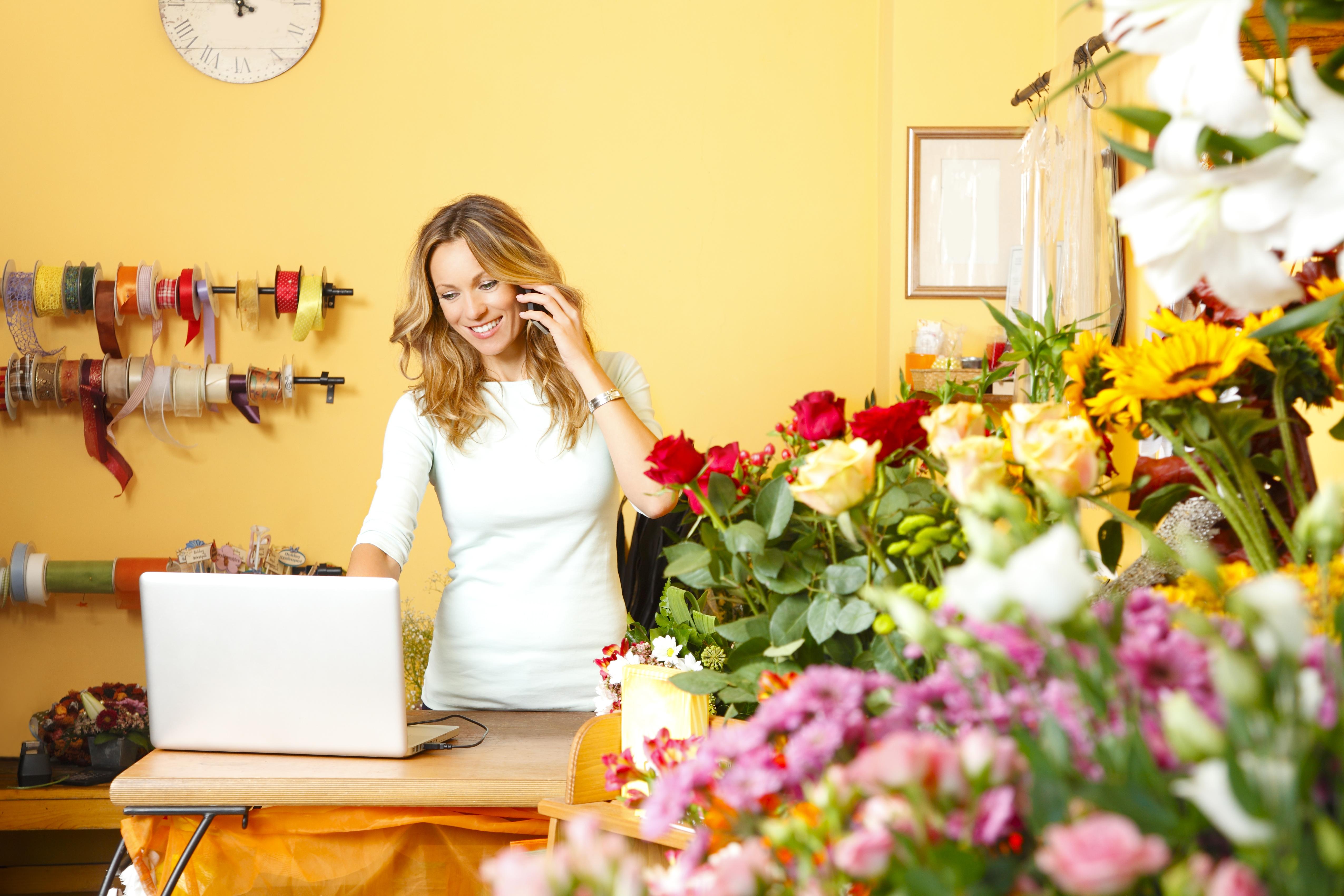Kwiaciarka z telefonem i przy komputerze